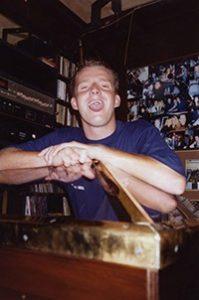 dennis price voregermg 199x300 - DJ Dennis Price gelooft in housevirus