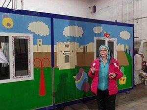 Esther van der Ham tekent het ontwerp van Damascus op een container 2mg 300x225 - Esther-van-der-Ham-tekent-het-ontwerp-van-Damascus-op-een-container-2mg