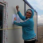 Esther-van-der-Ham-tekent-het-ontwerp-van-Damascus-op-een-containermg