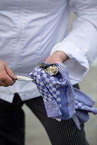 oester openen marcelineke 200x300 - Intiem privé oesterdiner op het Wad